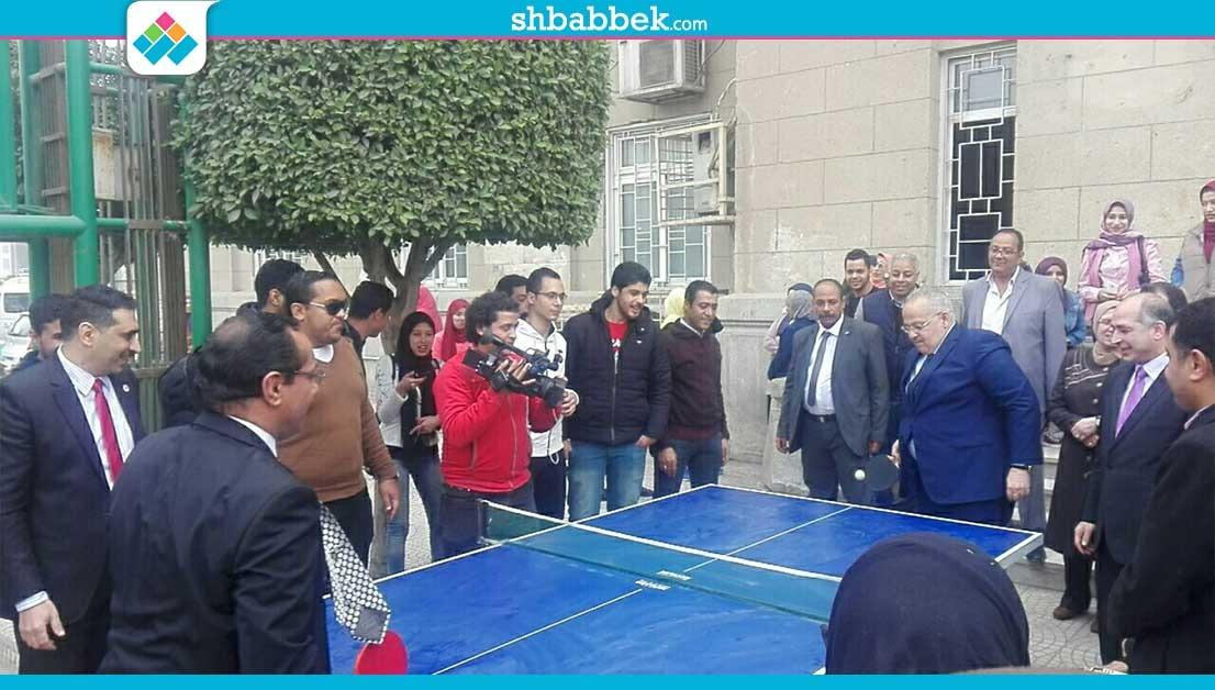رئيس جامعة القاهرة يلعب «تنس طاولة»