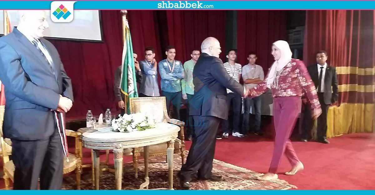 رئيس جامعة القاهرة يكرم بطلة العالم في الكاراتيه (صور)