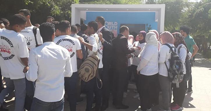 توافد طلاب جامعة أسيوط على مكتب التسجيل للمشاركة في منتدى شباب العالم
