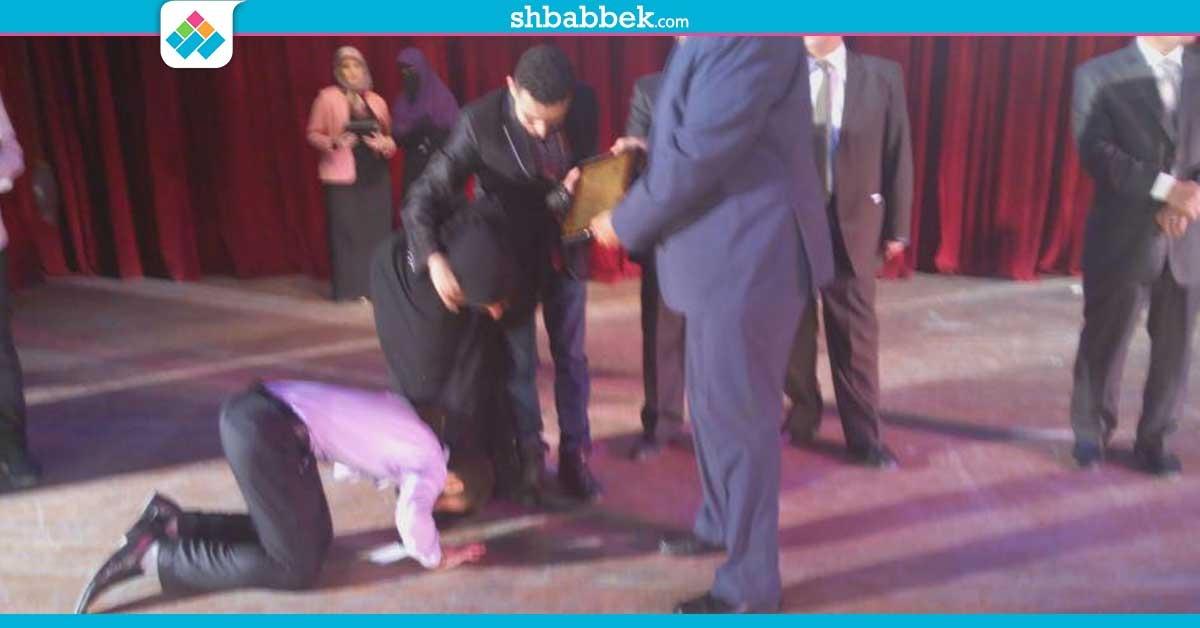 http://shbabbek.com/upload/صور| طالب بجامعة أسيوط يقبل قدم والدته في حفل تكريم الأم المثالية