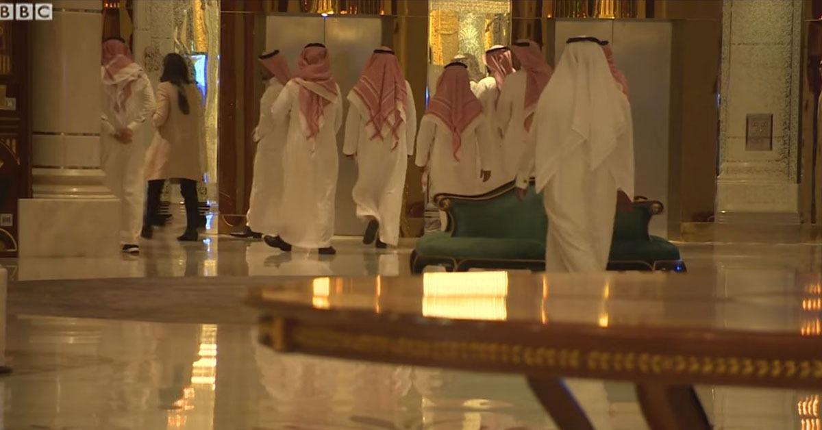 صحفية تقتحم معتقل أمراء السعودية.. شاهد أثرياء المملكة في الحجز  (فيديو)