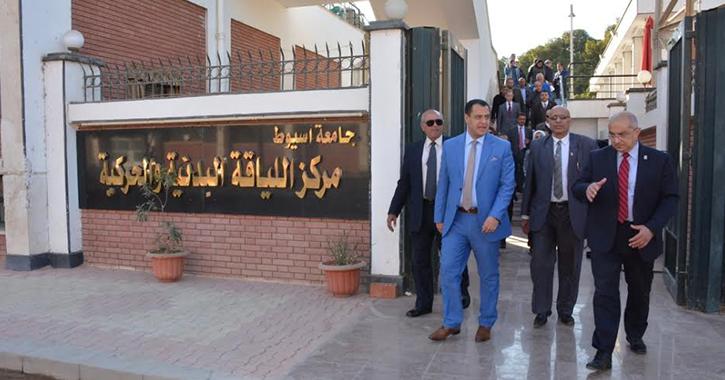 وفد دبلوماسي عربي يزور القرية الاولمبية بجامعة أسيوط