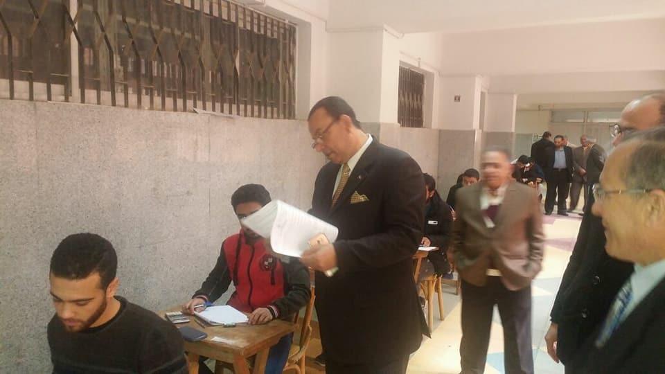 رئيس جامعة المنوفية يتفقد لجان امتحانات «هندسة منوف»
