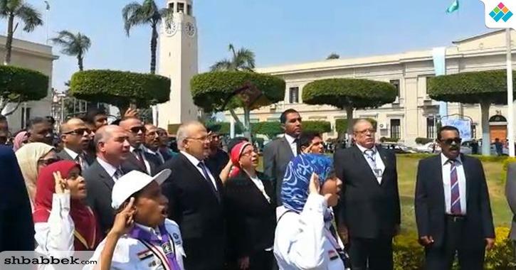 رئيس جامعة القاهرة يردد النشيد الوطني ويرفع العلم الجمهوري «فيديو»