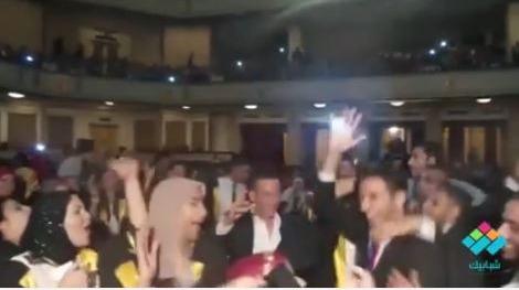 على أغنية يا عزيزة يا بنت السلطان.. رقص طلاب وطالبات آداب جامعة القاهرة