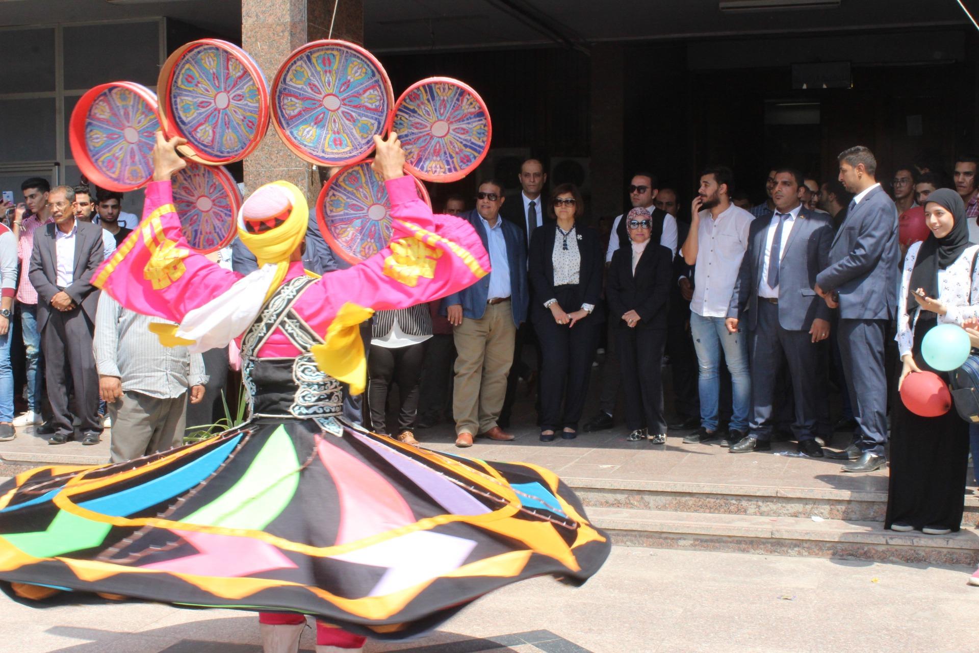عميدة آداب عين شمس تفتتح العام الجامعي الجديد بتحية العلم