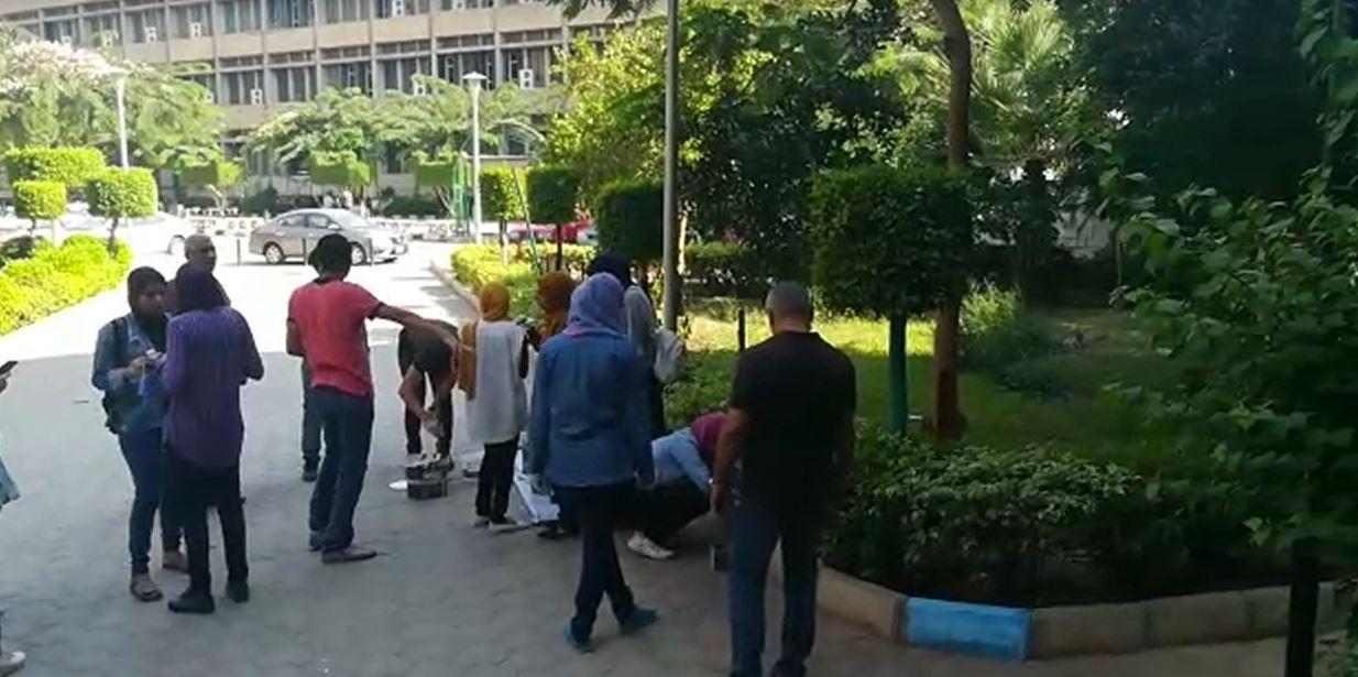 طلاب إعلام القاهرة يشاركون في تجميل الكلية