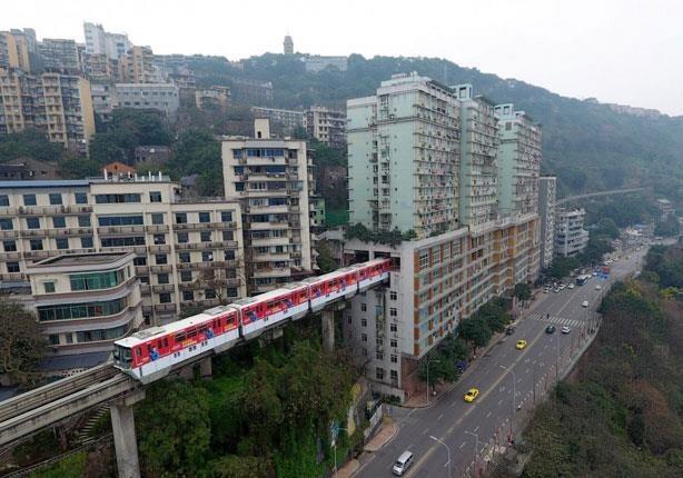 http://shbabbek.com/upload/صور| لمواجهة التكدس.. قطار يخترق المنازل في الصين
