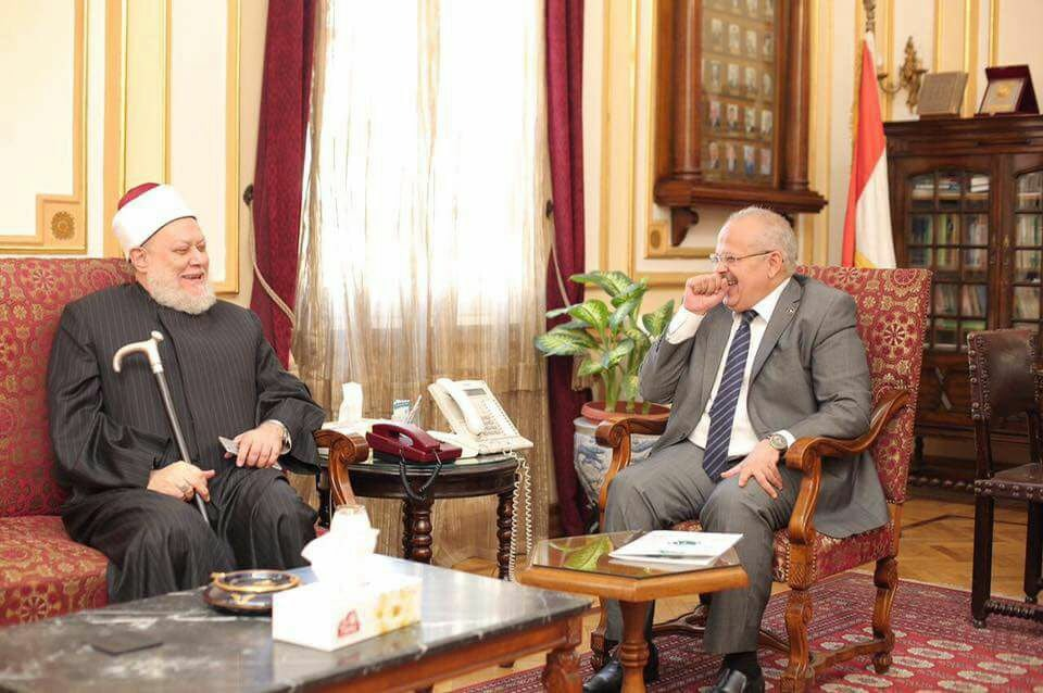 بالصور: علي جمعة يكرم رئيس جامعة القاهرة لدوره في التعليم