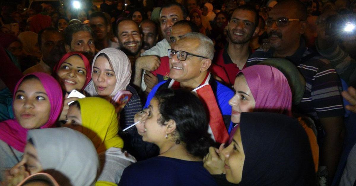 رئيس جامعة المنيا يحتفل مع الطلاب بتأهل مصر للمونديال (صور)