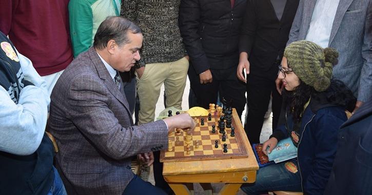 رئيس جامعة سوهاج يلعب مع الطلاب «بلاي ستيشين وشطرنج»