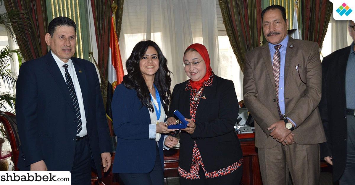 بالصور.. جامعة عين شمس تكرم طلاب كلية التجارة الفائزين بالتحدي البحثي