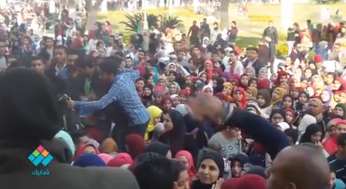 تكدس طلاب جامعة القاهرة لدخول حفلة عمرو حسن