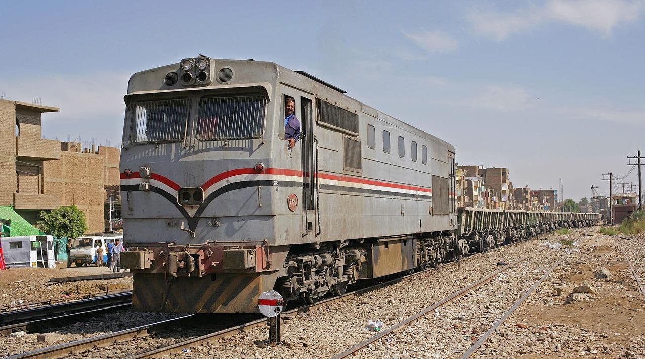 طلاب يعطلون قطار الشرقية بسبب «معاكسة البنات»