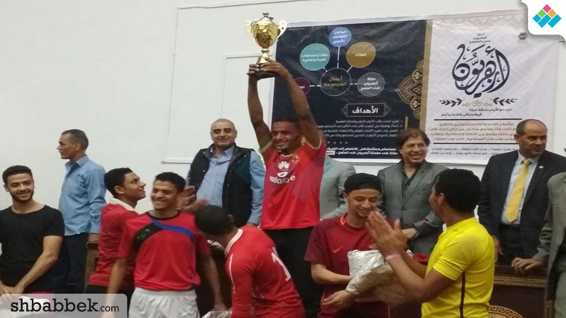 بحضور مدير اتحاد الكرة.. تكريم فريق كلية الدراسات لفوزه بكأس الجامعة (صور)