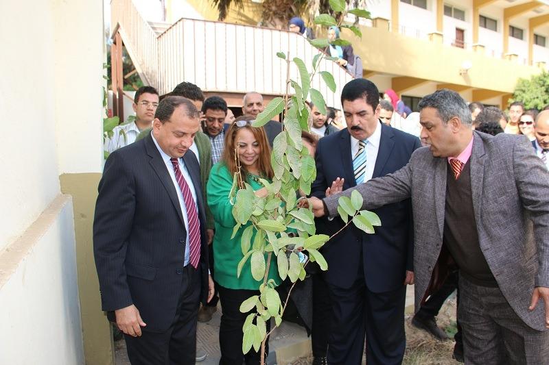 زرع 100 شجرة.. رئيس جامعة بني سويف يفتتح اليوم البيئي بكلية السياحة والفنادق