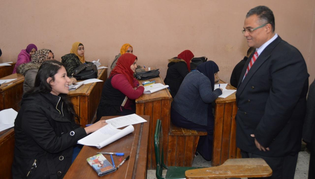 نائب رئيس جامعة عين شمس يتفقد امتحانات كلية التربية