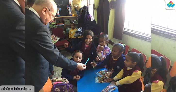 بالصور.. رئيس جامعة الزقازيق يقدم هدايا لتلاميذ مدارس «شلاتين»