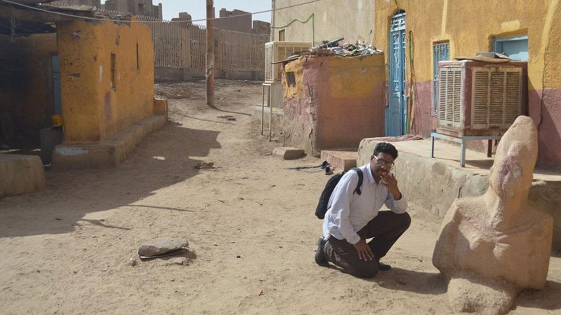 تحتمس الثاني في شوارع قرية بأسوان.. ومسئول بالآثار: «الأهالي واخدين بالهم منه»