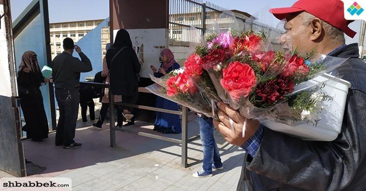 بالصور.. «ورد وبلالين» أمام جامعة الأزهر في «الفلانتين»