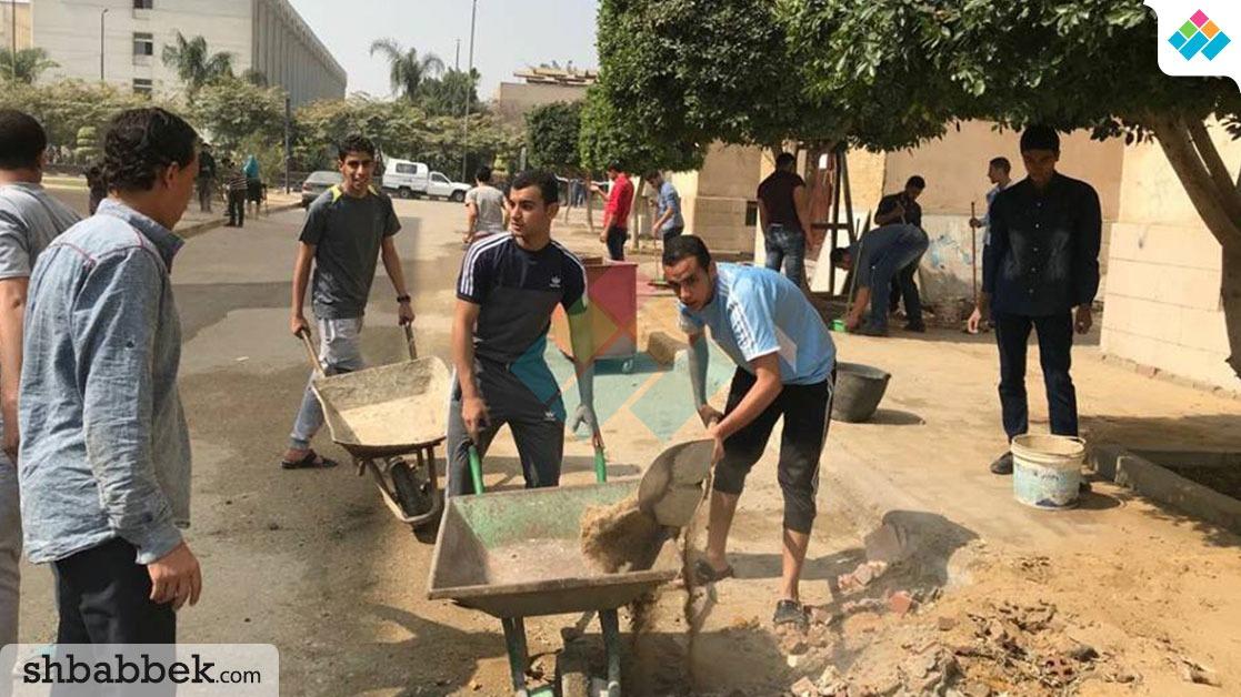 طلاب الأزهر ينظفون مخلفات البناء من حرم الجامعة (صور)