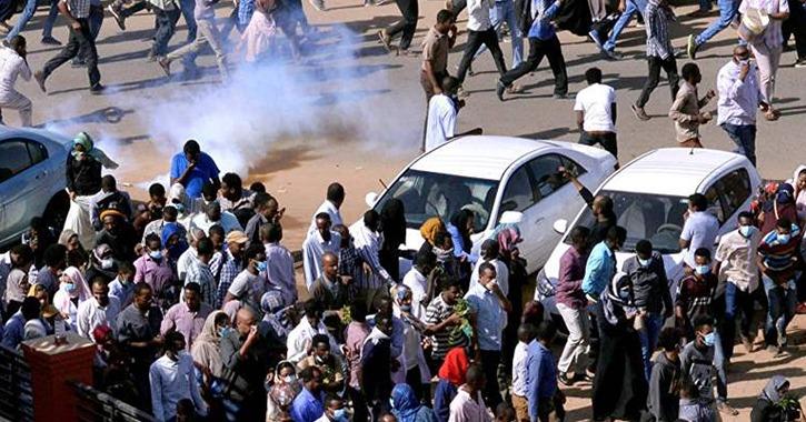 إطلاق النار على المعتصمين في السودان وأنباء عن مقتل شاب