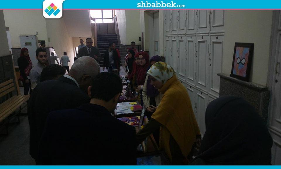طلاب حاسبات المنصورة يستعرضون مشاريع تخرجهم أمام رئيس الجامعة