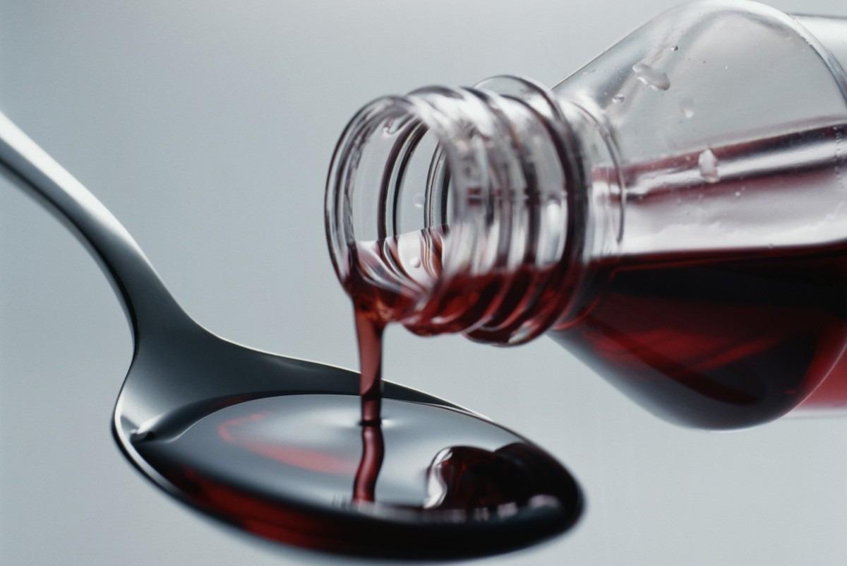 صور.. صيدلي يكتشف «صامولة حديد» داخل زجاجة دواء