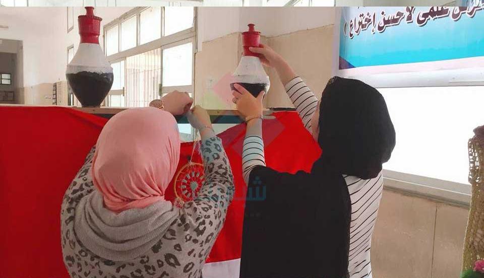 طلاب تربية نوعية يشاركون بمشغولات يدويةفي أسبوع كليات جامعة بنها