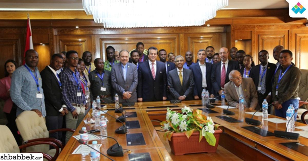 وزير التعليم العالي يكرم المشاركين في الدورة التدريبية الإفريقية (صور)