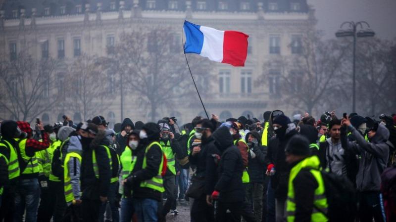 «السترات الصفراء» في فرنسا يطالبون باستقالة «ماكرون»