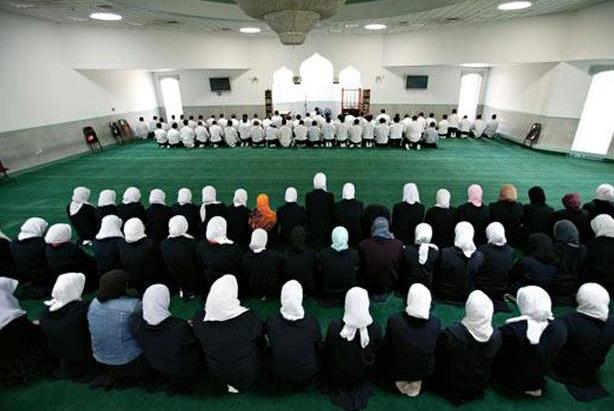«إمام الحرم المكي» يدعو إلى عدم فصل الرجال عن النساء في الصلاة