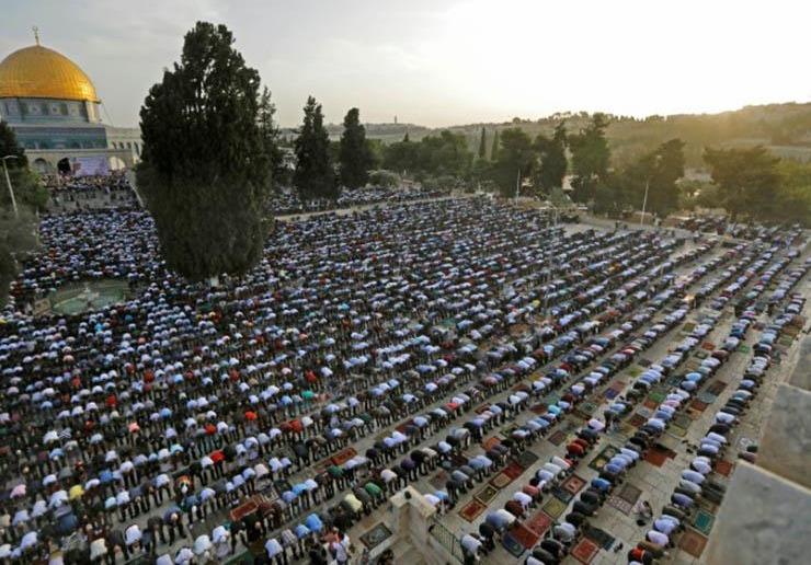 120 ألف فلسطيني يتحدون إسرائيل ويصلون العيد بالمسجد الأقصى