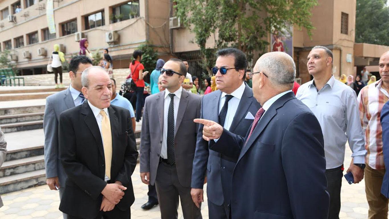 وزير التعليم العالي يشارك طلاب معهد الخدمة الاجتماعية بالقاهرة محاضراتهم