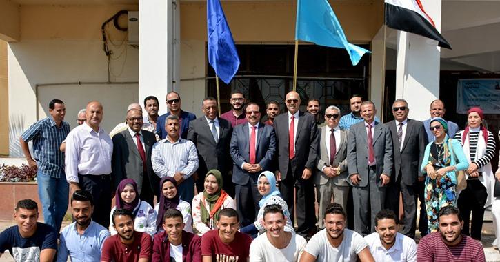 طلاب جامعة طنطا يؤدون تحية العلم في أول أيام الدراسة