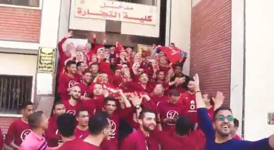 طلاب تجارة أسيوط يختفلون بتخرجهم على أنغام 3 دقات
