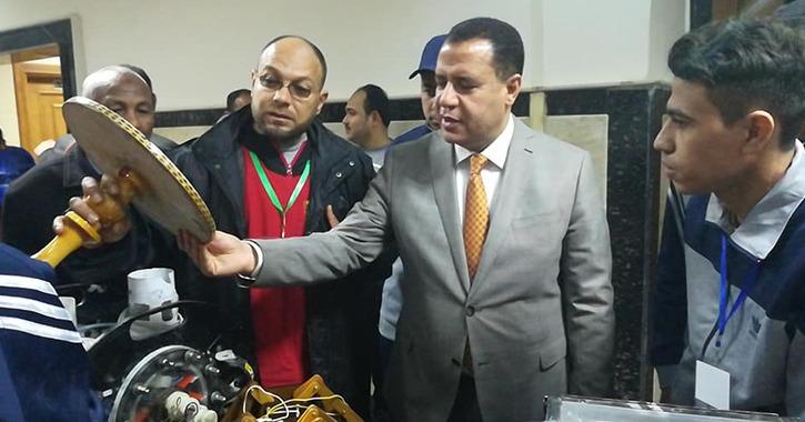 نائب رئيس جامعة أسيوط يتفقد معرض الناشط العلمي بأسبوع شباب الجامعات