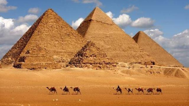 شاب يصعد لقمة الهرم الأكبر ويلقي بالحجارة على الزائرين.. صورة