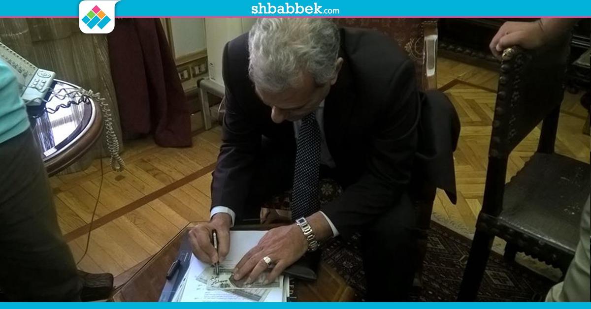 بالصور| 100 جنيه للفرد.. إهداءات جابر نصار لموظفي مكتبه