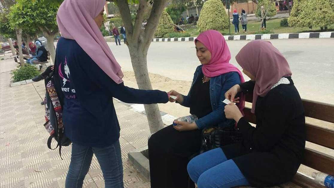 أسرة «power team» توزع حلوى ورسائل فرحة على طلاب جامعة المنصورة