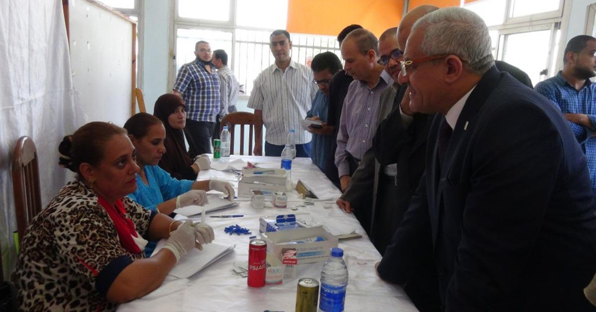 رئيس جامعة المنيا يتفقد إجراء الكشف الطبي على الطلاب المستجدين (صور)