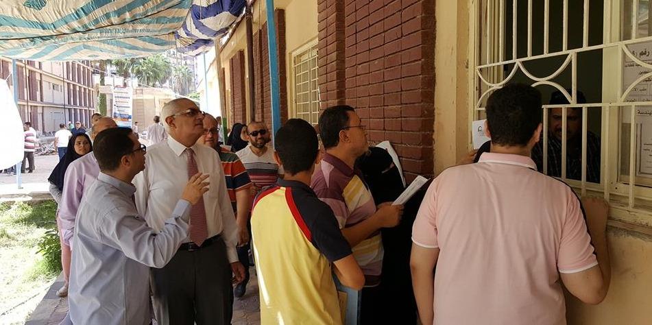نائب رئيس جامعة المنصورة يتفقد مكتب التحويلات بمدينة الطالبات