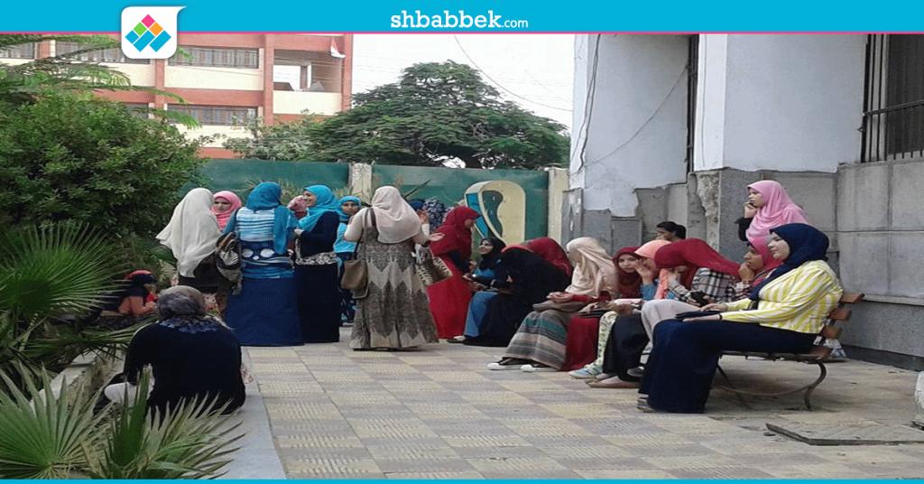 صور| بعد منع المستجدين.. الأمن يسمح بدخول طلاب كلية العلوم