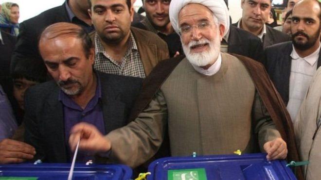 السياسي ورجل الدين الإيراني مهدي كروبي يدلي بصوته في انتخابات 2009