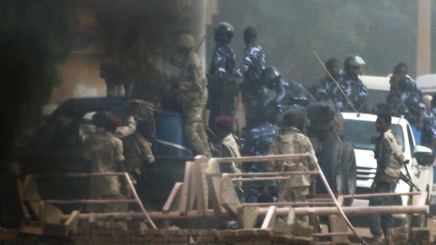 شاهد اعتداء قوات الأمن السودانية على الثوار في فض اعتصام الخرطوم