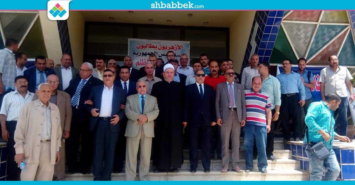 على سلالم الجامعة.. وقفة احتجاجية لأعضاء هيئة التدريس ضد قرار شيخ الأزهر (صور)