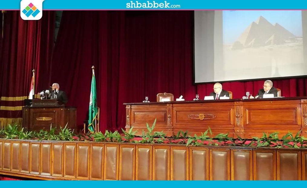 صور| زاهي حواس يكشف «أسرار الفراعنة» في جامعة القاهرة