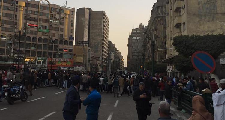 شاهد مواطنون يشاركون الشرطة في تفكيك «قنبلة» بميدان الأوبرا