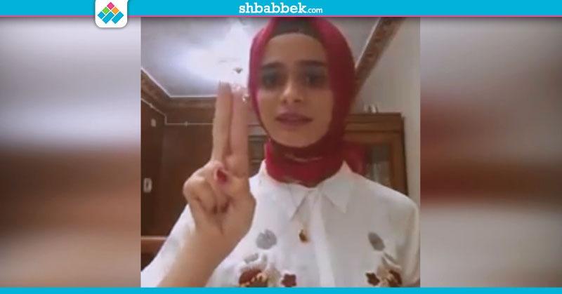 اتعلم طريقة التعبير عن الحروف الهجائية بلغة الإشارة مع غادة يحيى (فيديو)