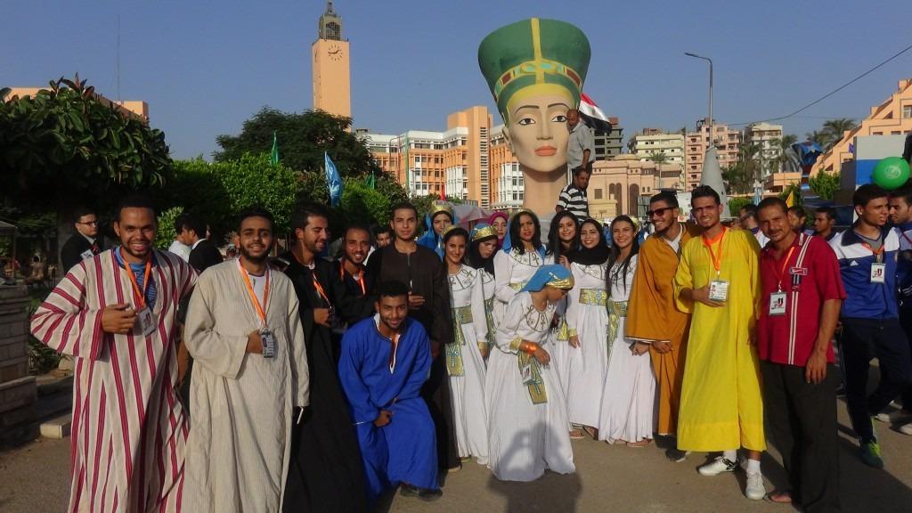 صور| طلاب جامعة المنيا يطوفون برأس نفرتيتي في محافظة المنوفية